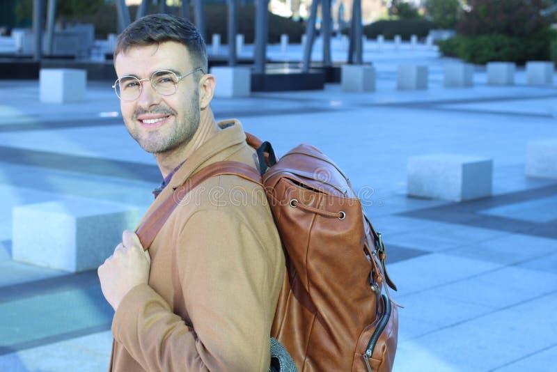 逗人喜爱时髦与皮革背包微笑 库存照片