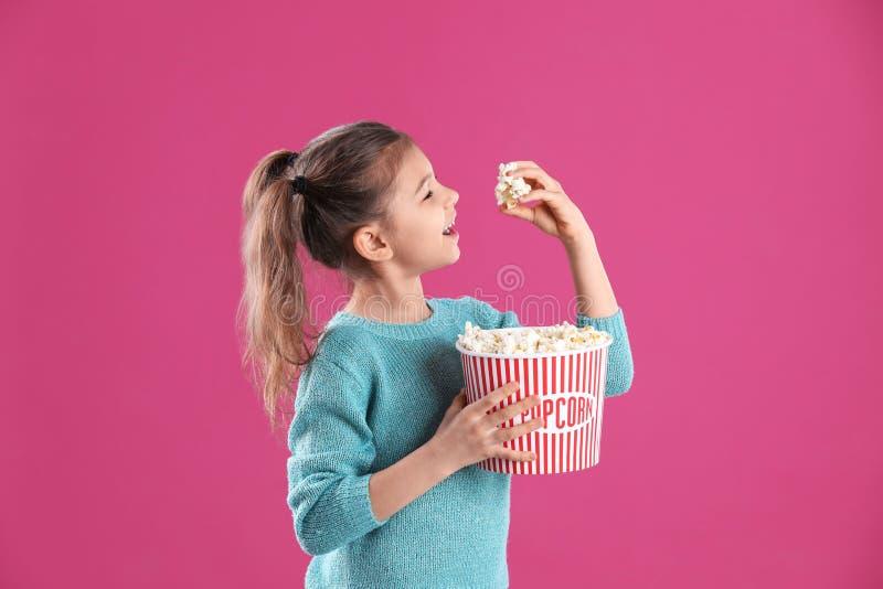 逗人喜爱的女孩用玉米花 免版税库存照片
