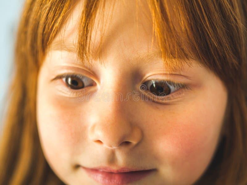 逗人喜爱的红头发人小女孩 滑稽的表达式 库存图片