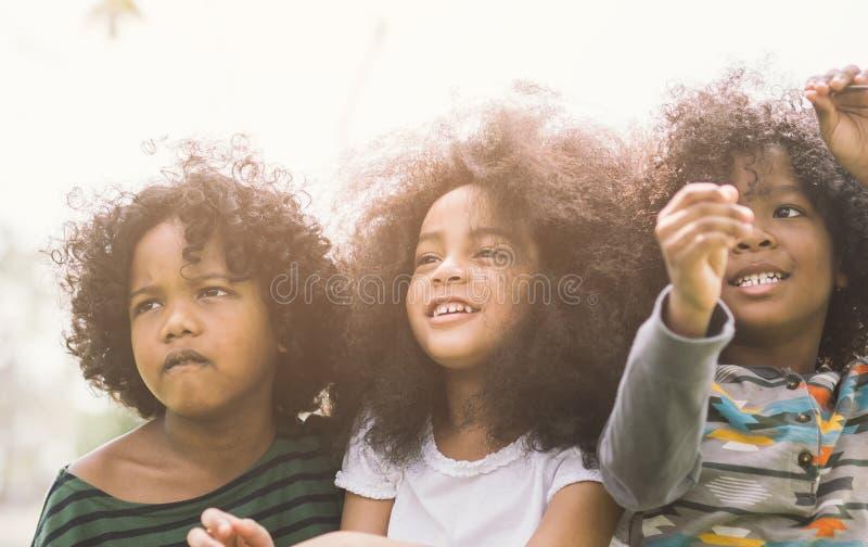 逗人喜爱的非裔美国人的小男孩和女孩 免版税库存照片