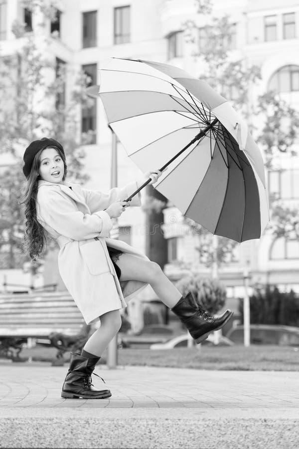 逗留正面秋季 五颜六色的秋天辅助正面影响 方式照亮您的秋天心情 长女孩的孩子 免版税库存图片