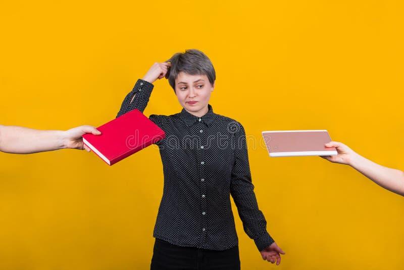 选择在书和片剂计算机之间 免版税库存照片