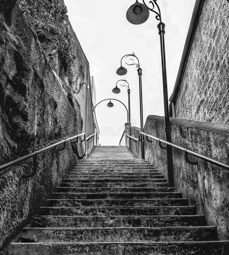 陡峭的石楼梯 图库摄影