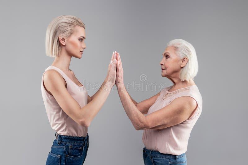 附有她的手的裸体衬衣的中立白肤金发的适合的妇女 库存照片