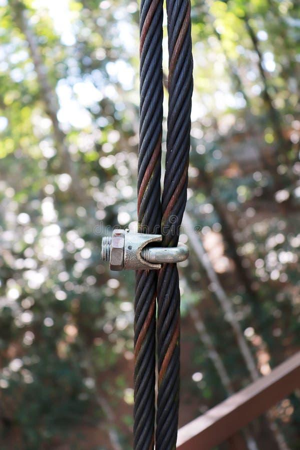 钢绳绳索在绿色自然的吊索夹子 免版税图库摄影