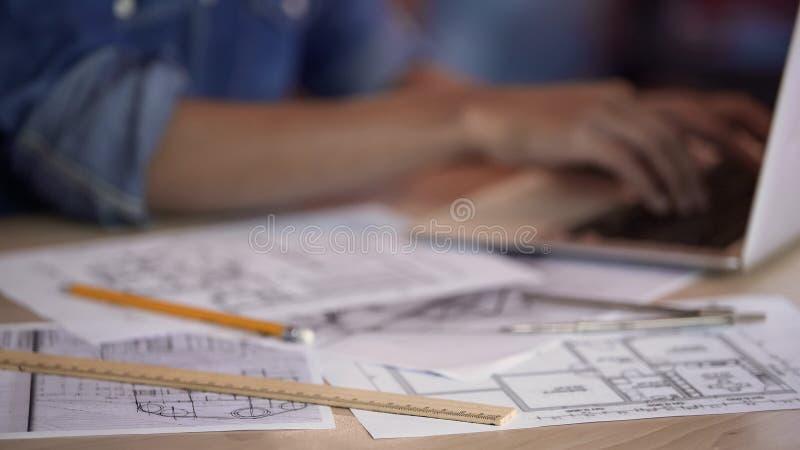 键入在膝上型计算机和完成公寓布局,行业的女性建筑师 库存图片
