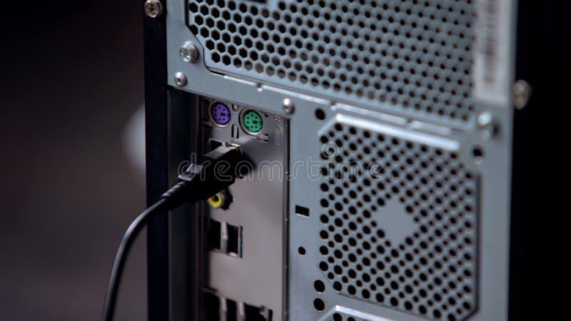 键盘或老鼠缆绳被连接到个人计算机,现代个人计算机的技术 免版税图库摄影