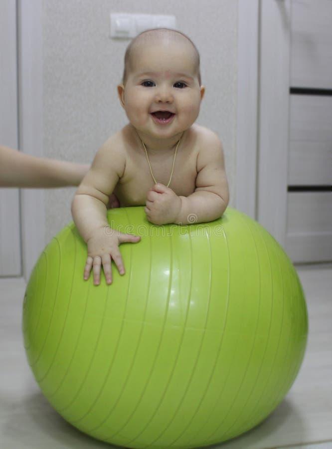 锻炼球的婴孩 库存照片