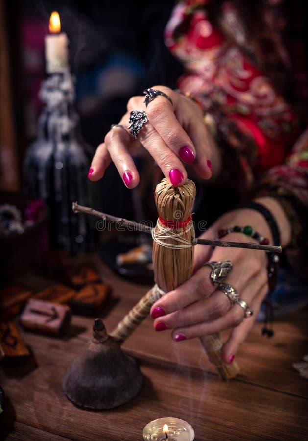 钉牢伏都教玩偶的女性巫婆 库存照片