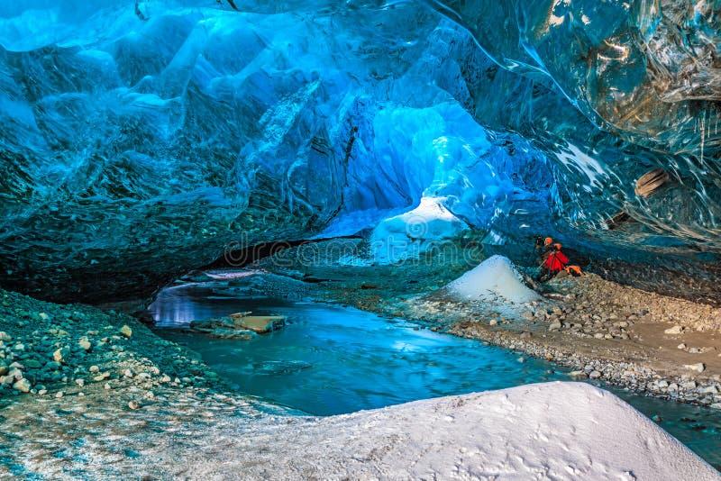 É a caverna na geleira Vatnajokull, Islândia sul imagens de stock