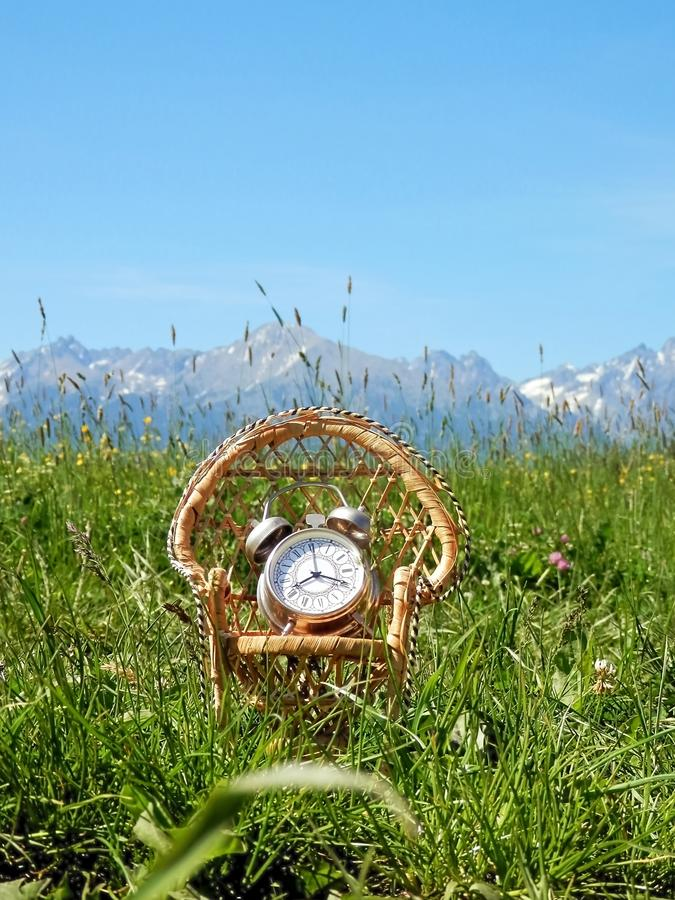 É hora de sentar-se na natureza e de sair para o abrandamento e o resto imagem de stock royalty free