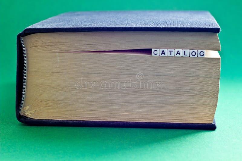 É livro com catálogo da palavra imagens de stock