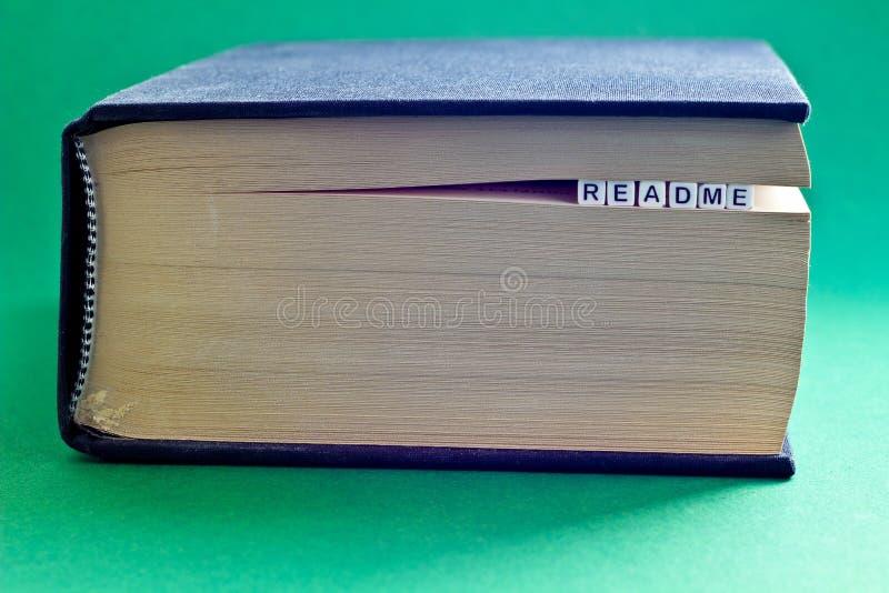 É livro com readme da palavra fotografia de stock royalty free