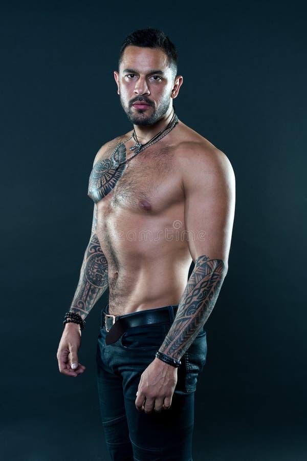 É loucamente afiado no esporte Homem latino-americano com torso muscular Homem muscular com tatuagem Esporte e cuidados médicos s foto de stock