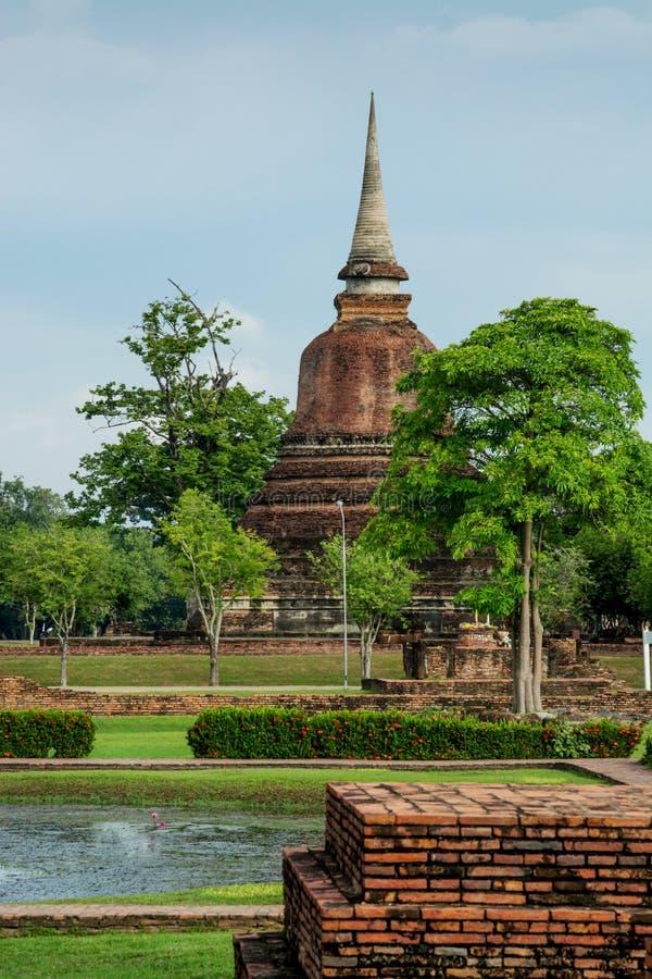 É os templos no parque histórico de Sukhothai e é um marco da província de Sukhothai, Tailândia foto de stock royalty free