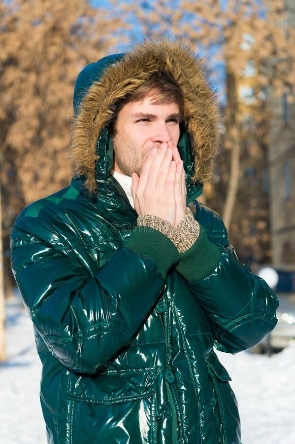 É parte externa fria Floresta na neve Tien Shan Tempo nevado Revestimento na moda do inverno homem em feriados de inverno Férias  imagens de stock