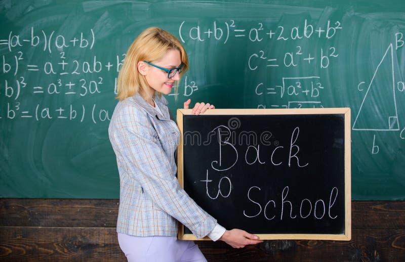 É tempo da escola outra vez Alunos bem-vindos felizes do professor Grande começo do ano escolar Maneiras superiores de dar boas-v fotos de stock royalty free
