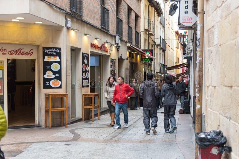 É uma das ruas da cidade velha de Logrono La Rioja, Espanha, famosa para ser tapas típicos da cidade foto de stock