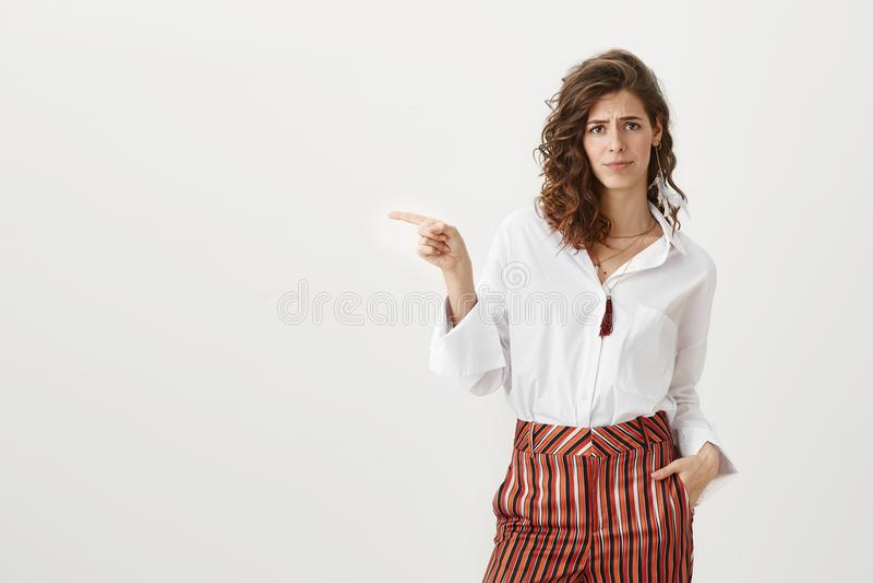 É vergonha que você não usa esta oportunidade Retrato do estúdio da mulher caucasiano atrativa na calças listrada na moda imagem de stock royalty free