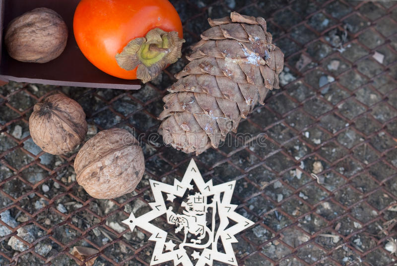 Ébano, nuez, cono de abeto y la estrella de madera del Año Nuevo imagenes de archivo