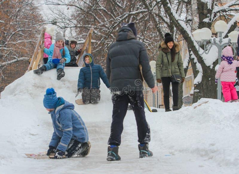Ébat d'enfants sur la colline neigeuse photo libre de droits