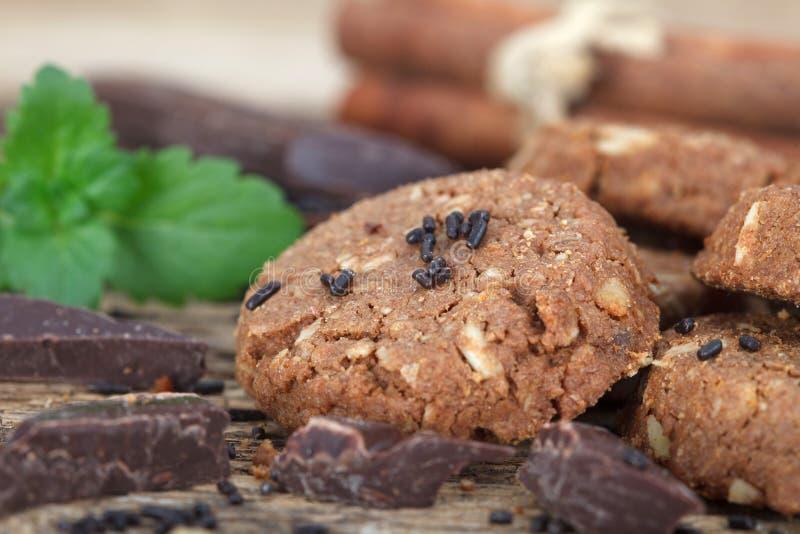 ébréchez le blanc d'isolement fait maison de cuvette de biscuits de café de chocolat images stock