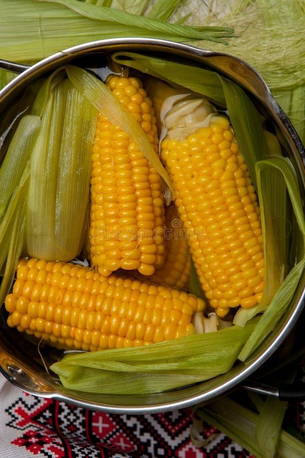 Ébullition de maïs avec du sel maïs cuit dans le pot sur la table en bois images stock