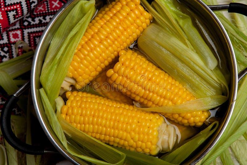 Ébullition de maïs avec du sel maïs cuit dans le pot sur la table en bois photos libres de droits
