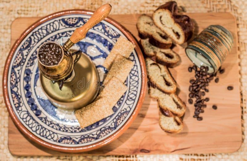Ébullition de pot de café turc Cérémonie de brassage et potable de café photographie stock