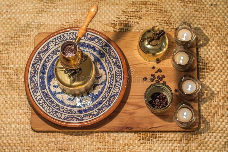 Ébullition de pot de café turc Cérémonie de brassage et potable de café images libres de droits