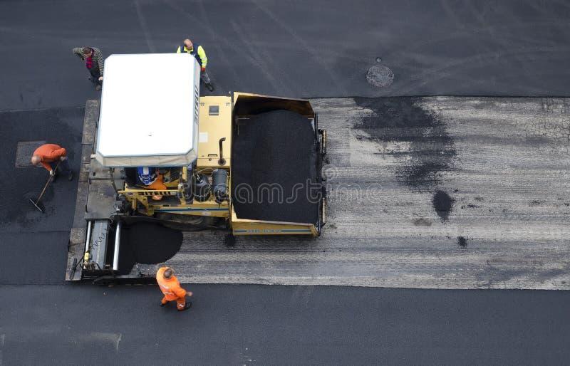 Écarteur d'asphalte dans le travail sur le site photos libres de droits