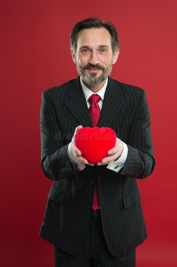 Écartez l'amour Type beau mûr d'homme porter le costume élégant pour tenir le coeur rouge Célébration de jour de valentines Surpr photos stock