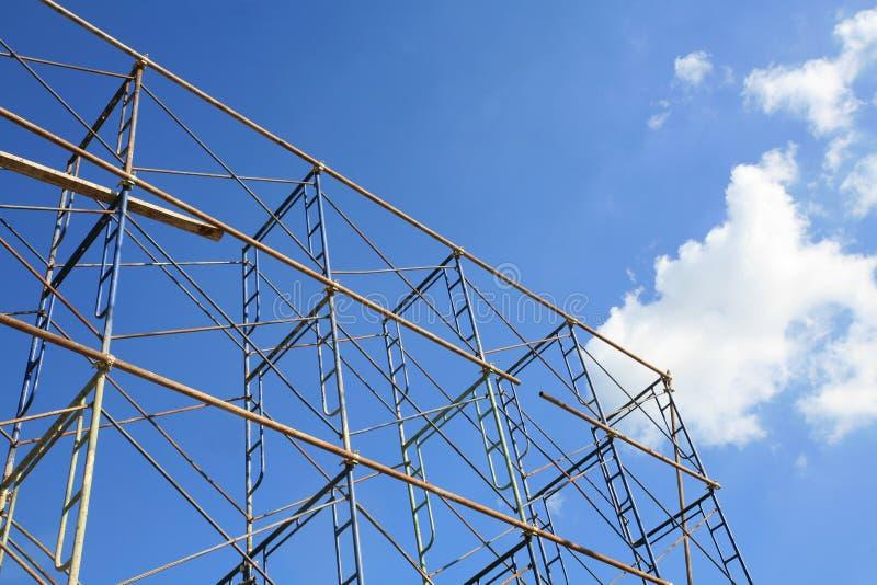 Échafaudage d'isolement en métal contre le ciel bleu image stock