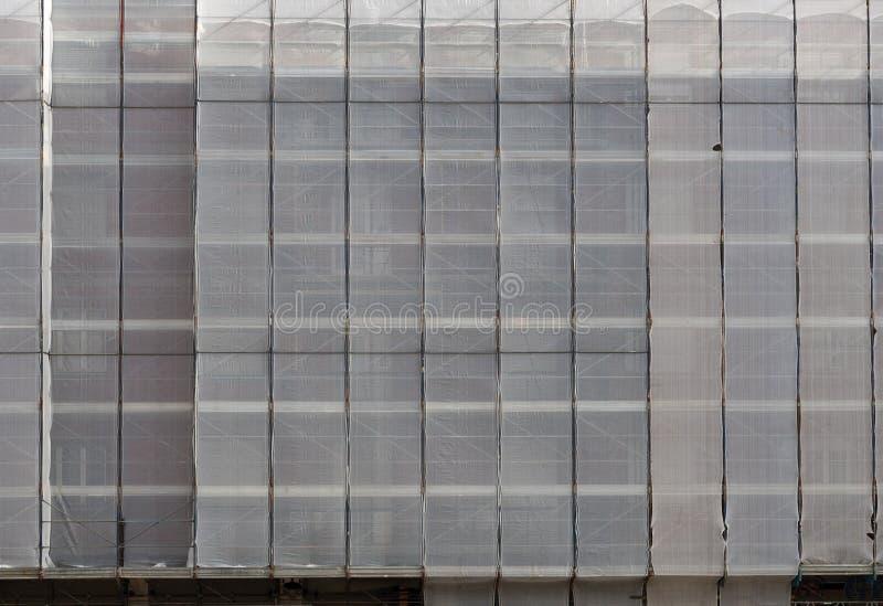 Échafaudage sous des couvertures, bâches, enveloppes photographie stock libre de droits