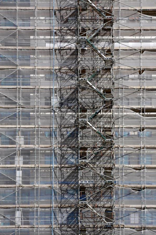 Échafaudage sur un bâtiment ayant beaucoup d'étages pour des rénovations photos libres de droits