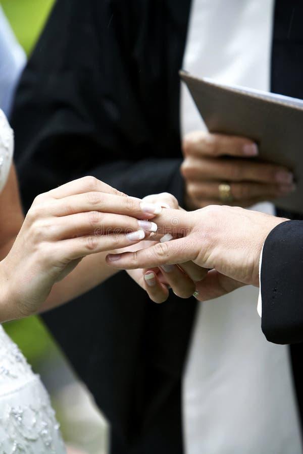 Échange de boucle de cérémonie de mariage photo libre de droits
