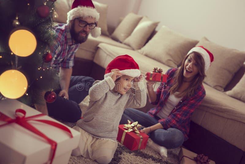 Échange de cadeaux de Noël photo libre de droits