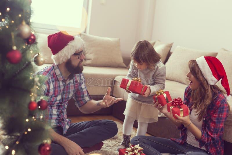 Échange de présents de matin de Noël images libres de droits