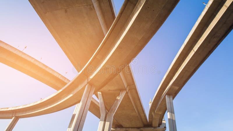 Échange de route de vue inférieure contre le ciel bleu image libre de droits