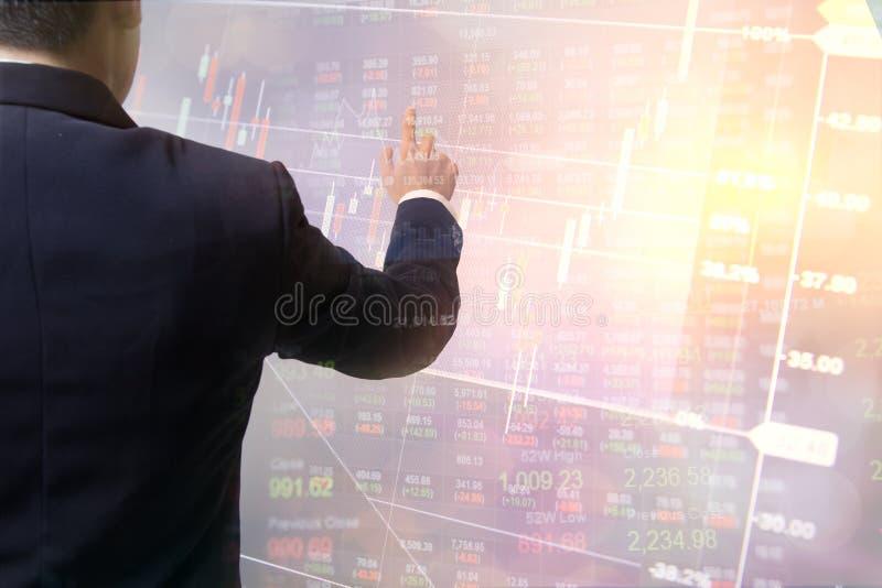 Échange financier de données émouvantes de main d'affaires de double exposition Marchés boursiers financiers ou Bu de fond de str photos libres de droits