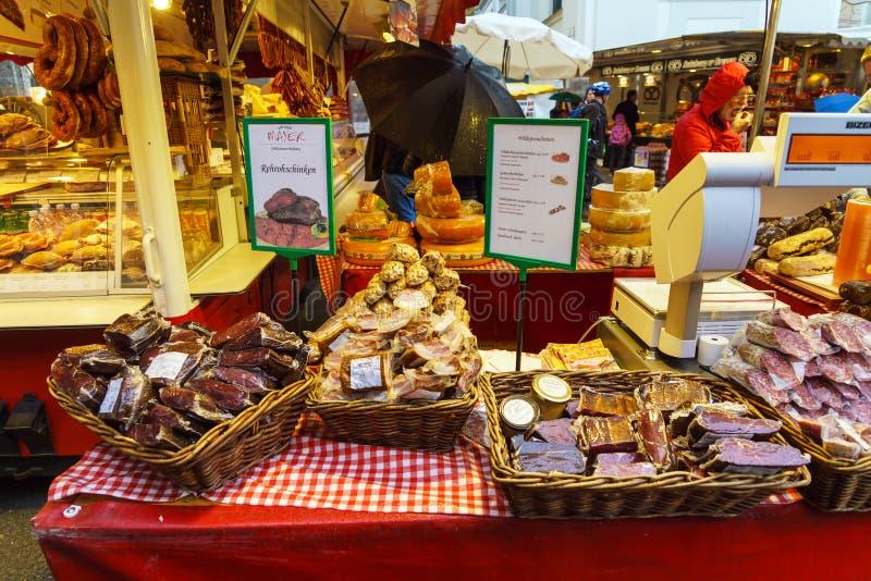 Échanges de rue des saucisses, viande sèche, fromage, Salzbourg, Autriche photographie stock