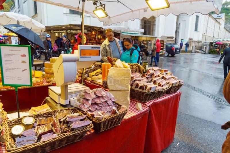 Échanges de rue des saucisses, viande sèche, fromage, Salzbourg, Autriche photographie stock libre de droits