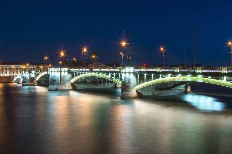Échangez le pont de Birzhevoy dans le St Petersbourg la nuit, Russie photos libres de droits