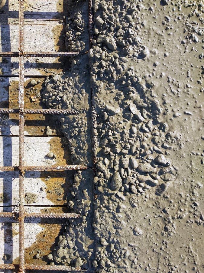 Échantillon de béton fraîchement versé Les ingrédients sont ciment, garnitures, sable, pierre de rivière et eau Industrie du bâti photos stock
