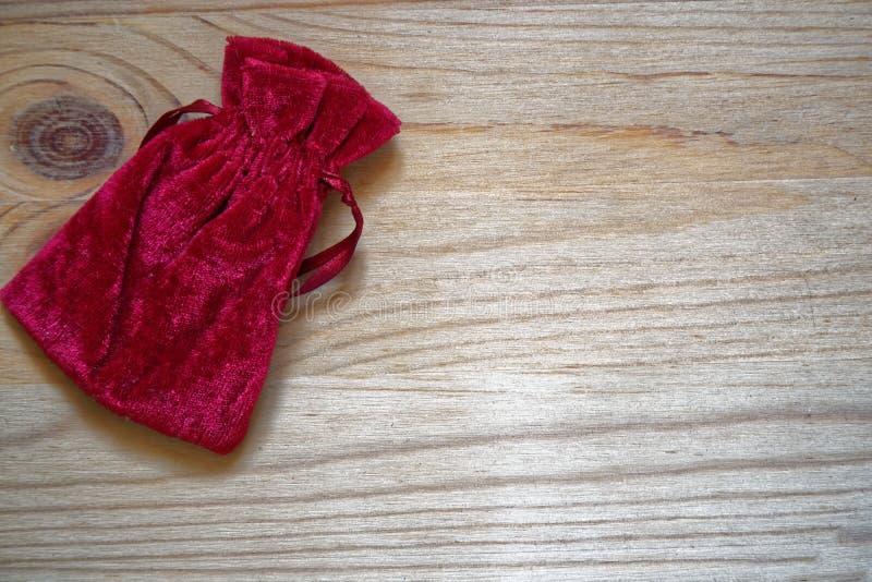 Échantillon de carte postale, poche de cadeau de grenadine sur le fond en bois avec le copyspace gratuit pour le texte de salutat photo libre de droits