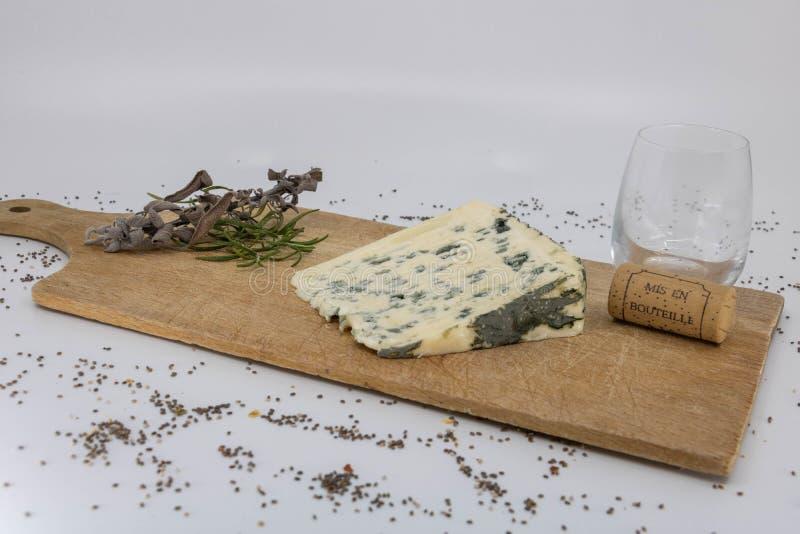 Échantillon de fromage de moutons avec du vin français et les herbes aromatiques photos libres de droits