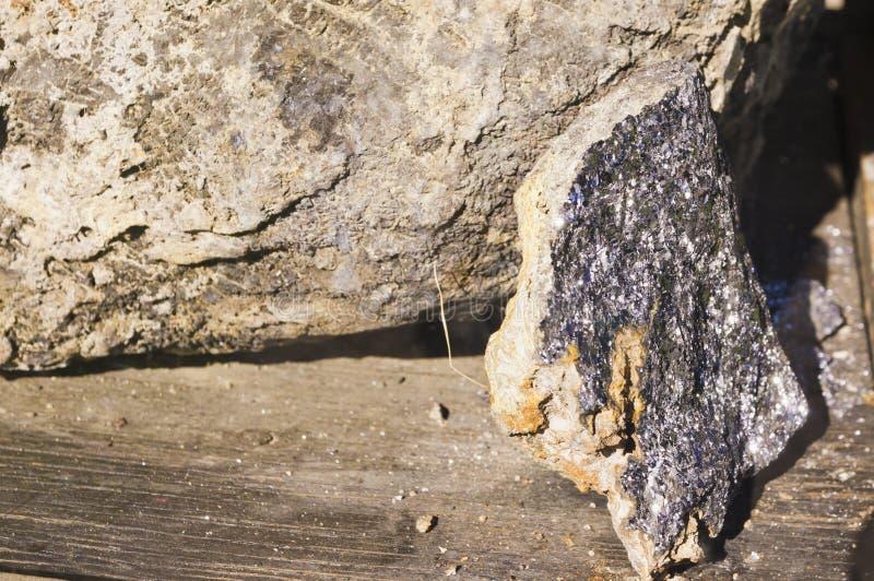 Échantillon de minerai argenté images libres de droits