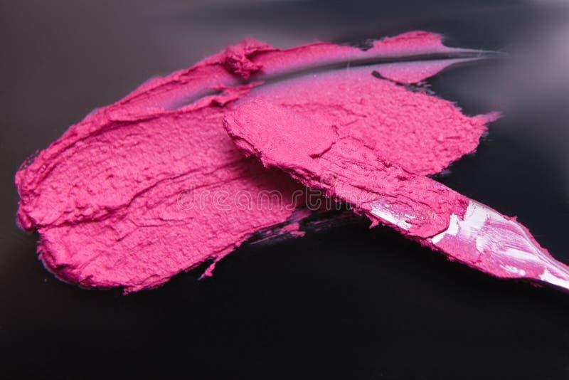 Échantillon de rouge à lèvres et fond de blanc d'outil de cosmétique photos stock