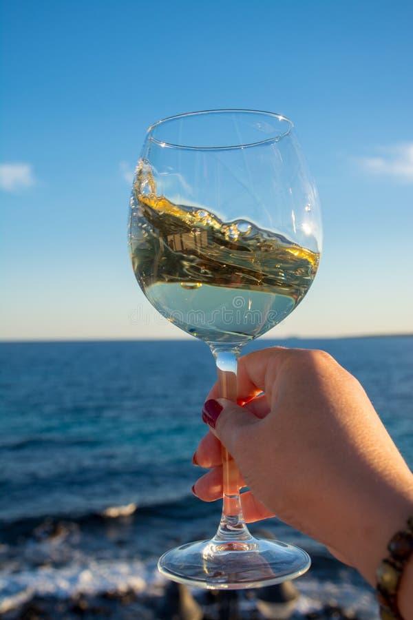 chantillon de verre de vin blanc froid sur la terrasse ext rieure avec la mer image stock. Black Bedroom Furniture Sets. Home Design Ideas