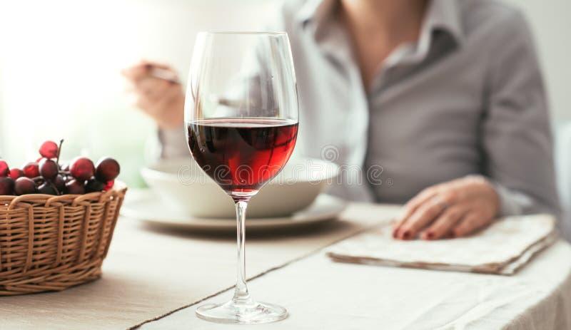 Échantillon de vin au restaurant photographie stock libre de droits